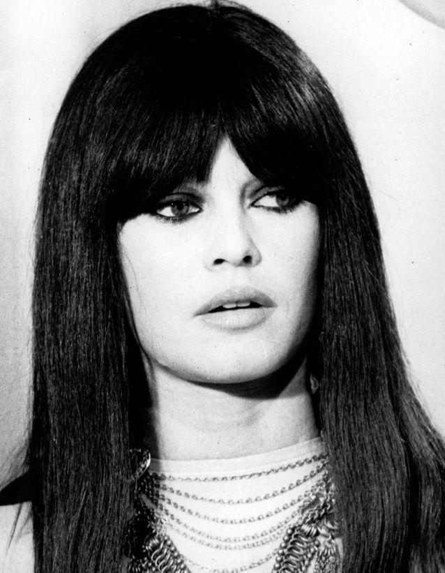 Brigitte Bardot en 1967 avec une perruque noire à frange